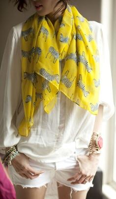 Cómo combinar ropa amarilla con color blanco