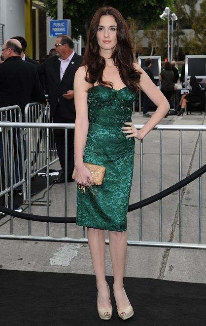 Cómo combinar un vestido verde con color nude