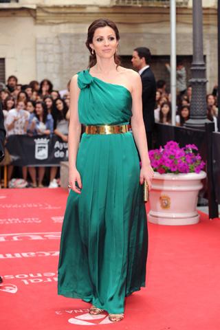 Cómo combinar un vestido verde con color dorado