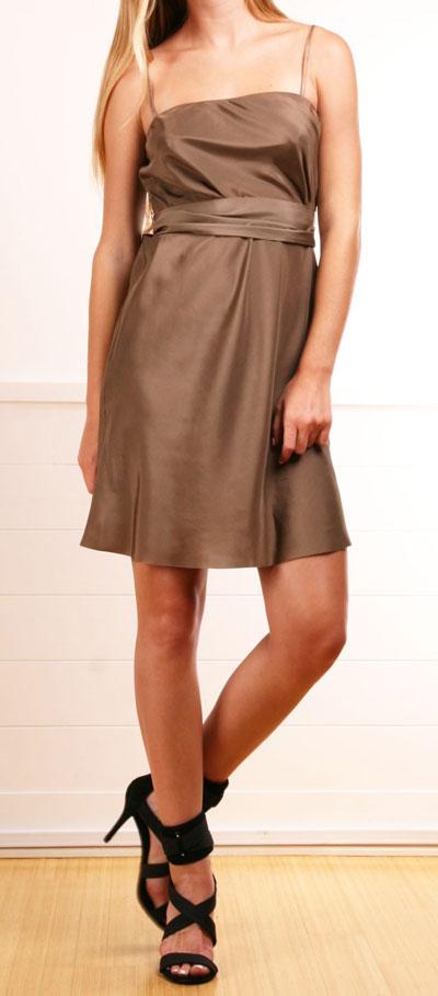 Cómo Combinar vestido de fiesta marrón con negro