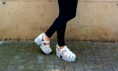 Look con sandalias con plataforma blanca