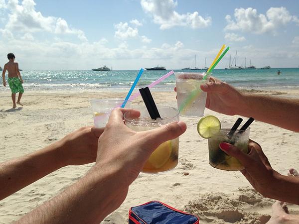 Llega el verano y nos apuntamos a todos los planes: cenas en terrazas, cocktails en el chiringuito de playa, paellas y aperitivos con los amigos... Todo son tentaciones a las que no podemos decir que no. Además, el verano está para disfrutar. Así que para que no estés preocupada/o por tu dieta, vamos a darte una serie de trucos para mantener la línea en verano.