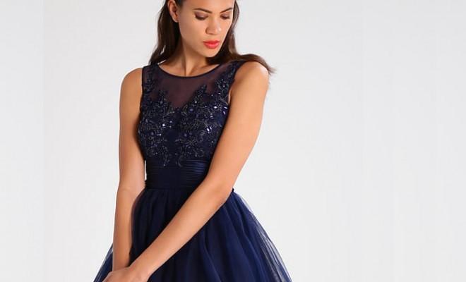 Combinar vestido azul y blanco