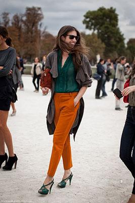 cómo combinar los colores de la primavera verde y naranja