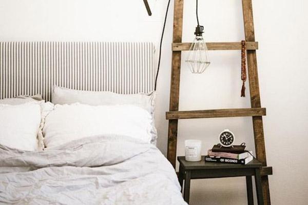 decoración para habitación de invitados con escaleras