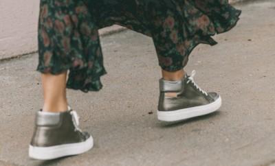 Cómo combinar zapatillas con faldas o vestidos