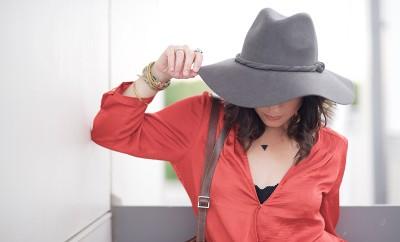 cómo combinar rojo y negro en la ropa