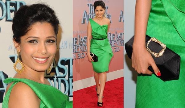 Vestido verde con complementos fucsia
